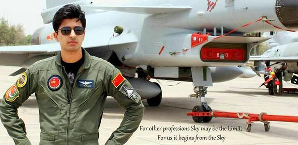 パキスタン軍、パイロットとJ-10が一緒に写る写真を公開