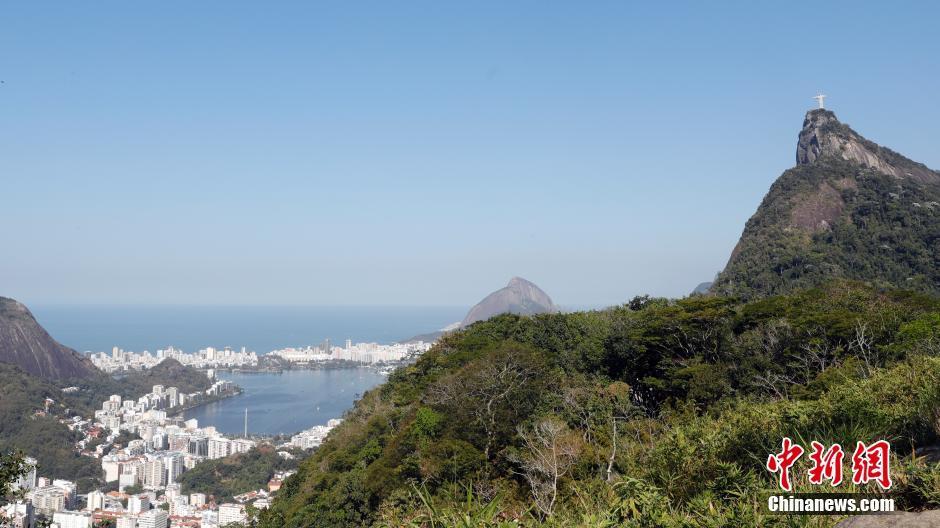 町を縁取る リオのビーチ