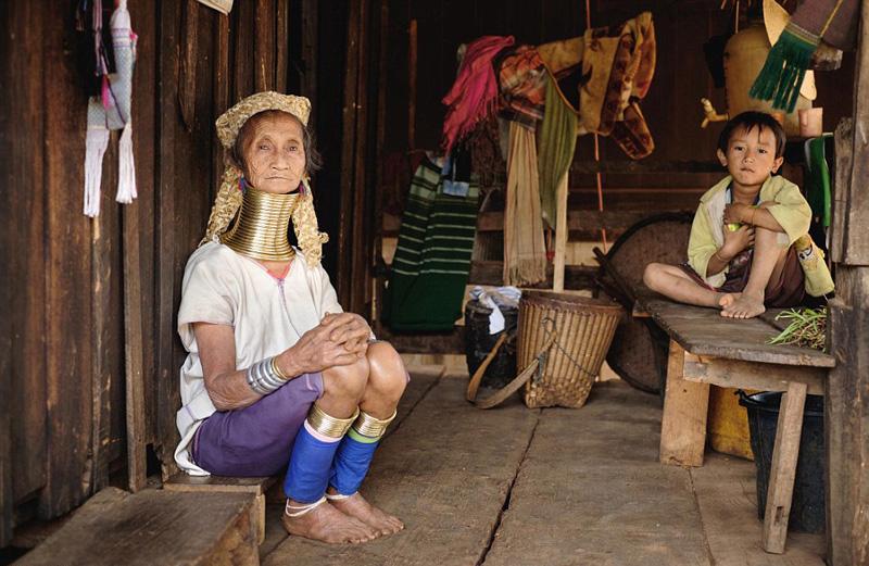 ミャンマーの首長族、長いほど美...