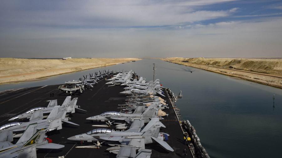 米空母、慎重にスエズ運河を通過