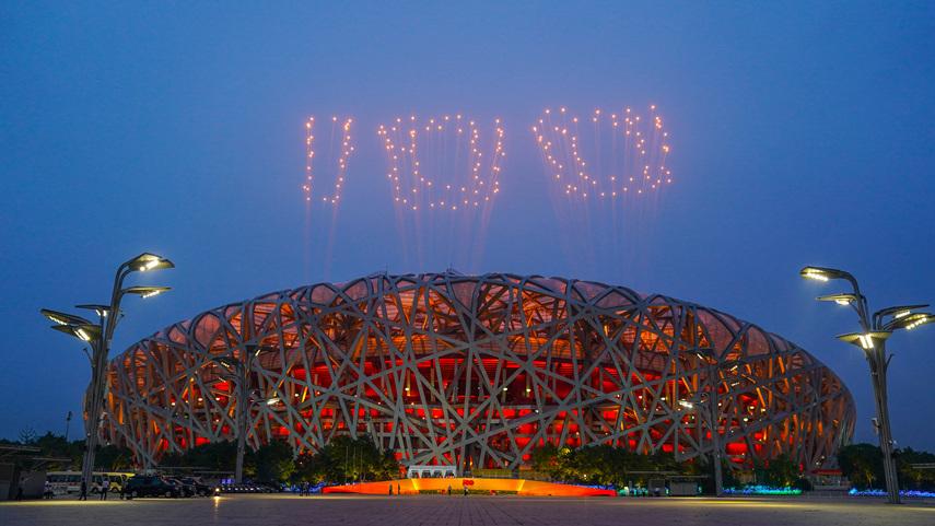 北京の夜空彩る大輪の花 建党100周年を祝う